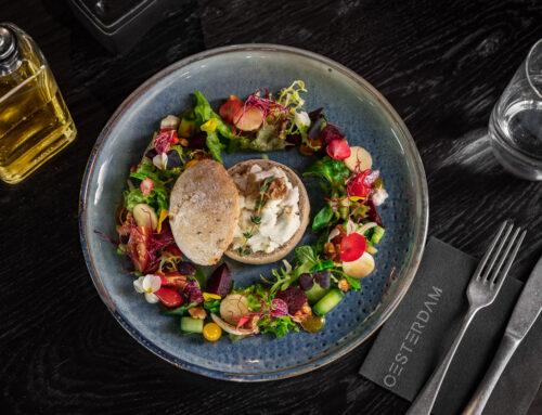 Recept: Midi broodje Pain De Mer gevuld met geitenkaas, omringd door een frisse salade.